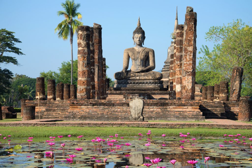 Tempelanlage mit Buddha in Sukhothai, Thailand